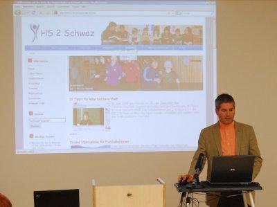 Direktor Johann Walder präsentiert die Homepage der HS 2 in Wien